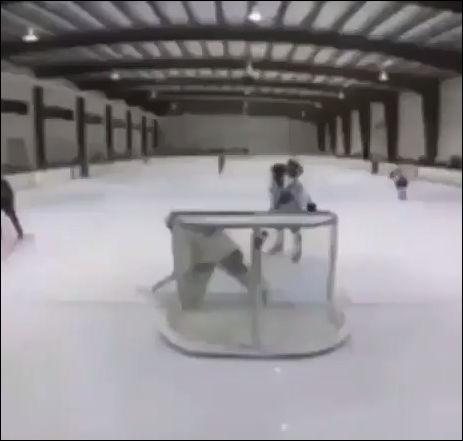У хоккеиста сдали нервы во время матча