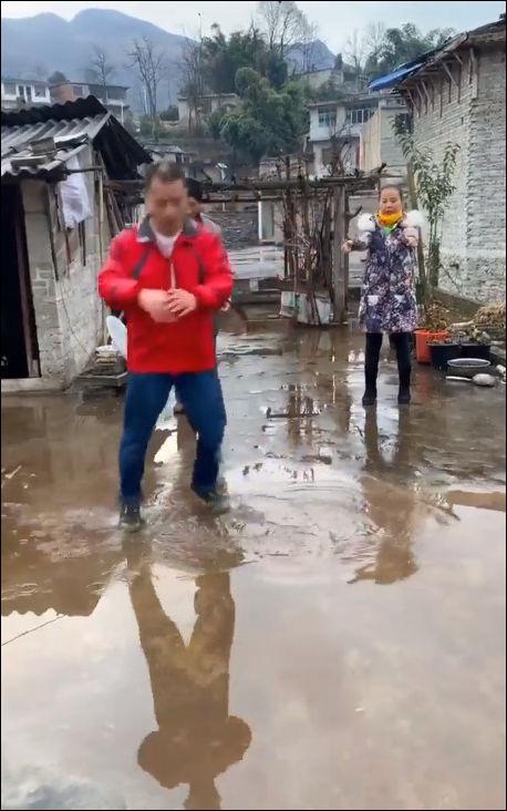 Пляски в лужах от китайского танцора