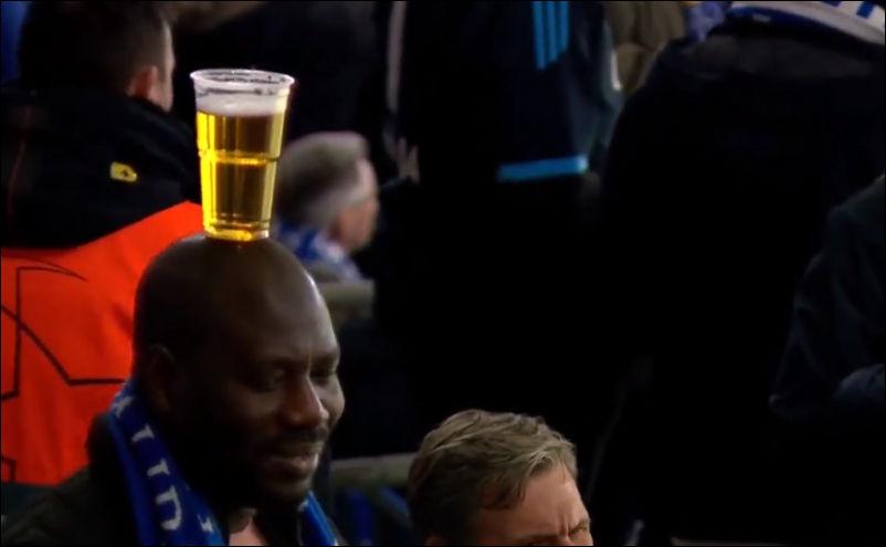 Как правильно нести бокал с пивом, если заняты руки