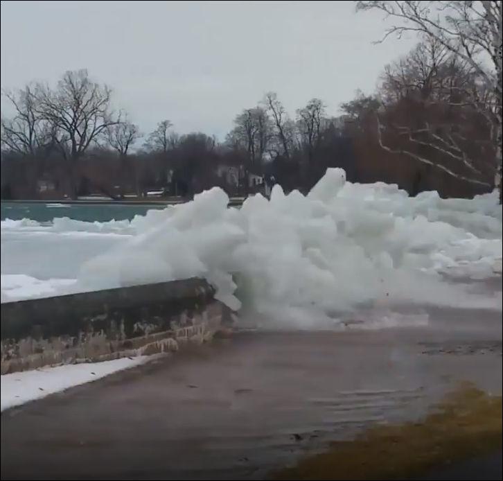 Лед вылезает на берег на реке Ниагара в Канаде