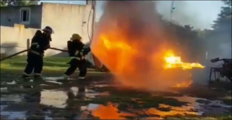 Водяной щит пожарных против огнемета