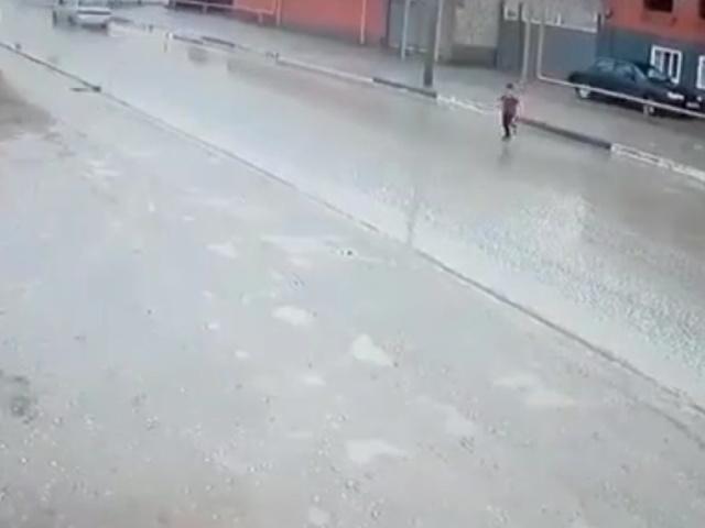 В Чечне мальчик, перебегающий дорогу, чуть не попал под колеса машины