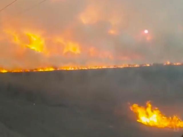 В Приморье, где сейчас бушуют пожары, поезд проезжает сквозь дым и огонь