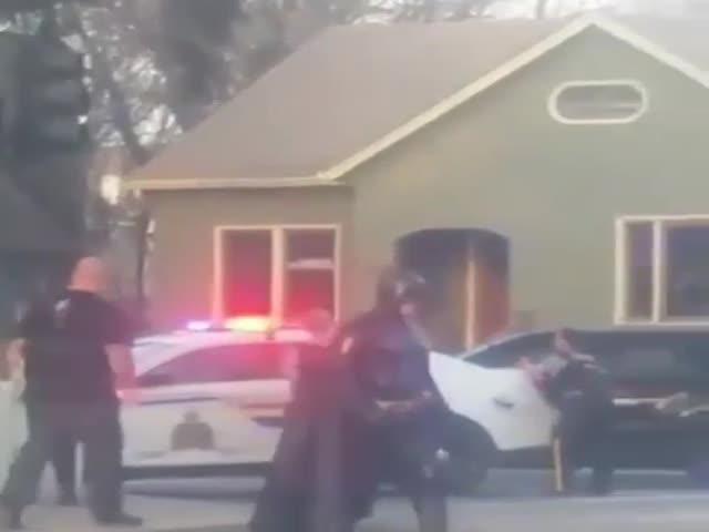 В Канаде Бэтмен проезжал мимо и решил предложить помощь полиции