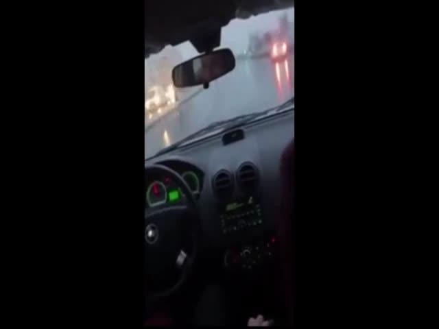Не самая удачная попытка дрифта на мокрой дороге в Ташкенте