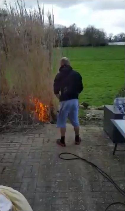 Не очень удачная попытка сжечь сухую траву