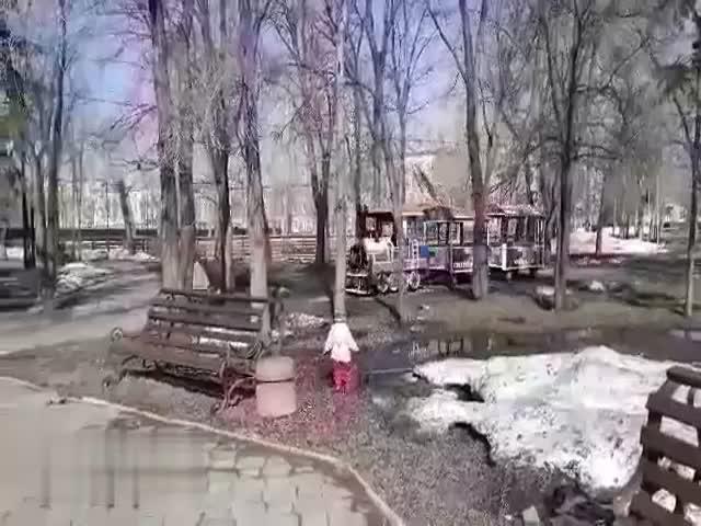 В Омске водитель детского паровозика решил сменить репертуар, пока не надо катать детей