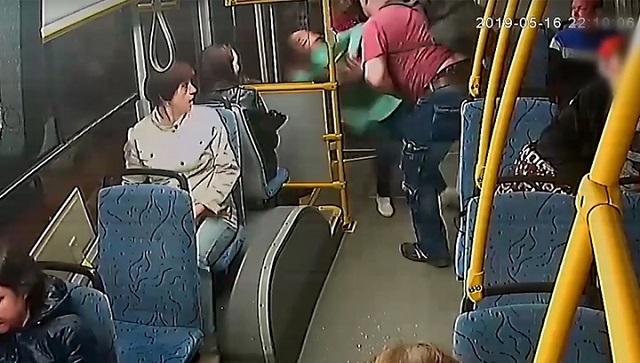 В Череповце мужчина вытолкнул кондуктора из автобуса из-за нежелания платить за ребенка
