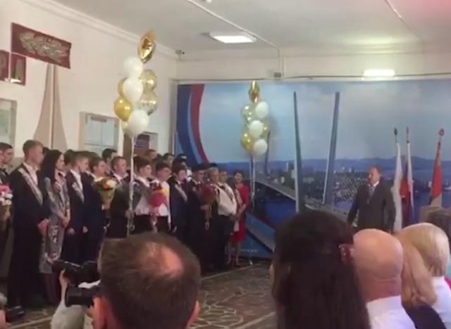 Мэр Владивостока Олег Гуменюк пообещал проводить выпускников в последний путь