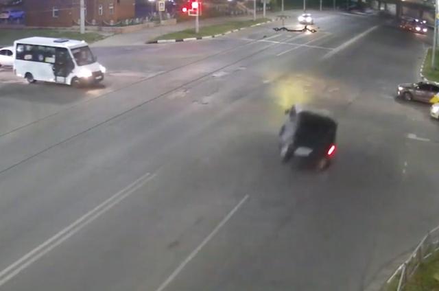 В Рязани лихач на УАЗике не успел проскочить перекресток и перевернулся
