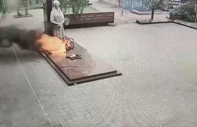 В Серове малолетние вандалы поиграли с венками у Вечного огня, а затем сожгли их
