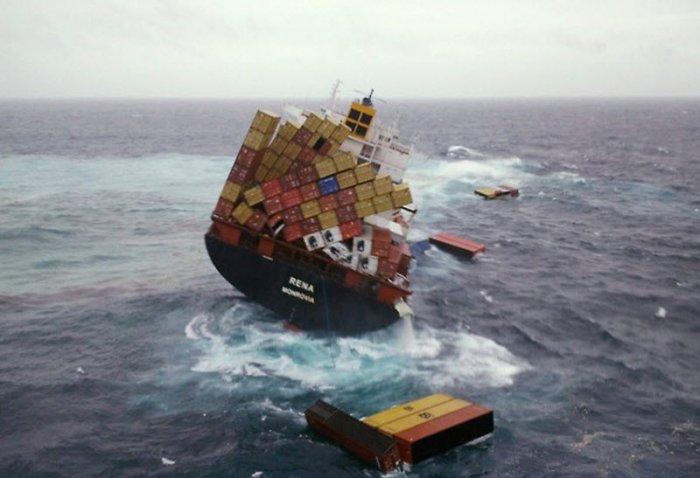 Контейнеровоз терпит бедствие (5 фото)