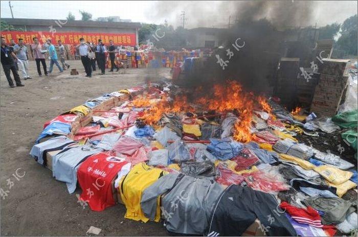 Уничтожение подделок в Китае (15 фото)