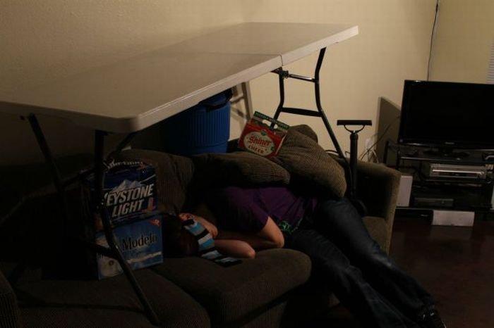 Прикололись над пьяным другом (9 фото)