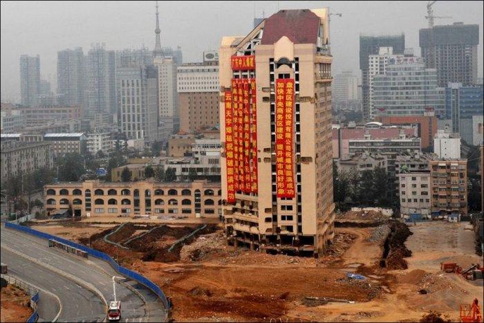 Снос здания в Китае (7 фото)