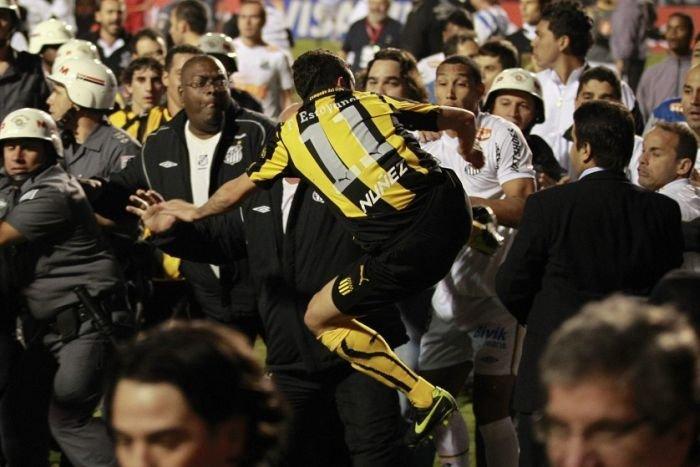 Массовая драка на футбольном поле (8 фото)