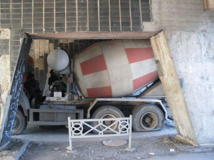 Бетоносмеситель застрял в арке дома (13 фото)