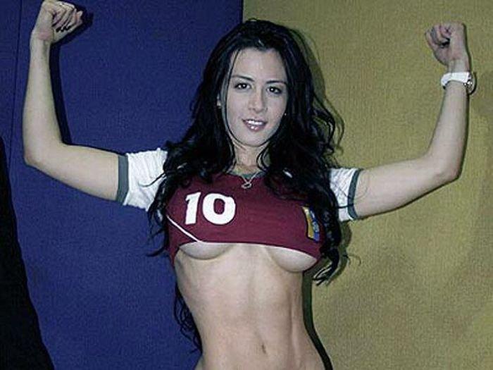 Еще одна футбольная фанатка (7 фото)