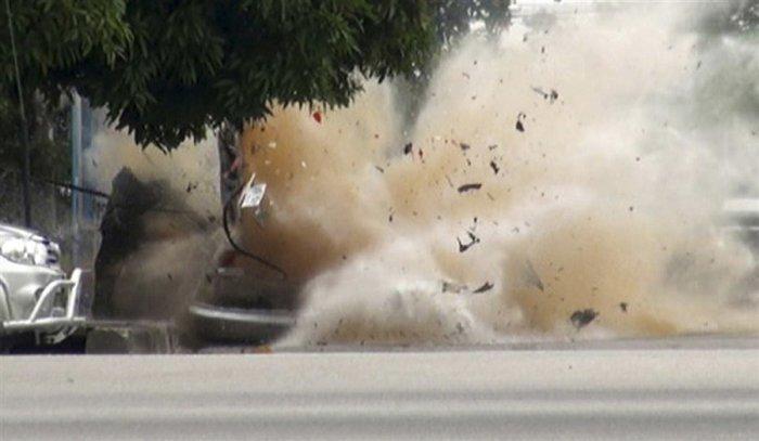 Взрыв автомобиля (4 фото)