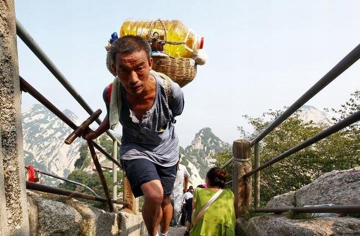 Доставка продуктов в горный магазин в Китае (12 фото)