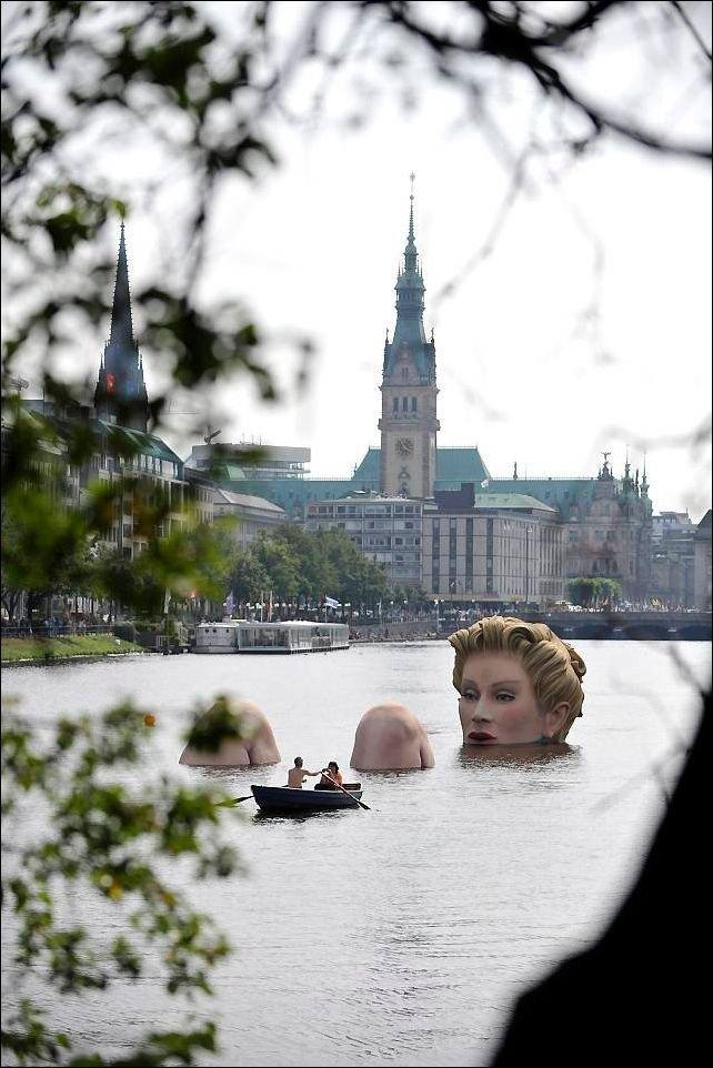 Скульптура женщины в воде (4 фото)