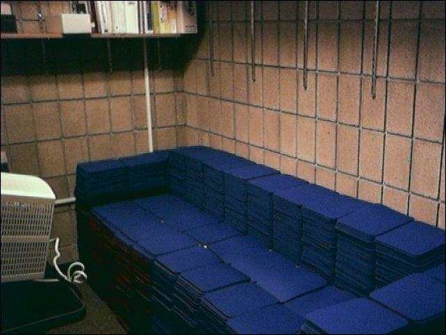 Необычный диван (2 фото)