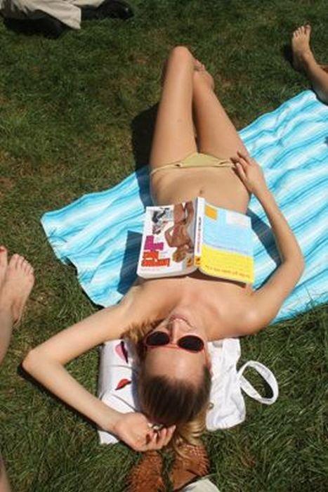 Чтение нагишом (28 фото)