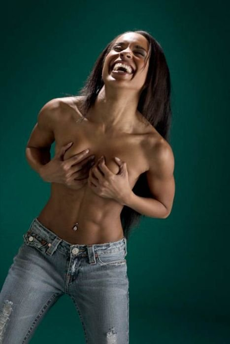 Девушки прикрывают грудь (94 фото)