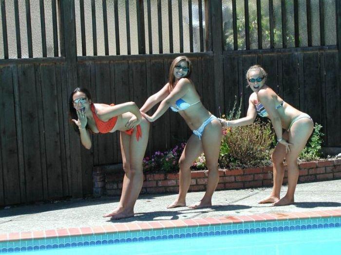 Девушки хватают друг друга за попы (39 фото)