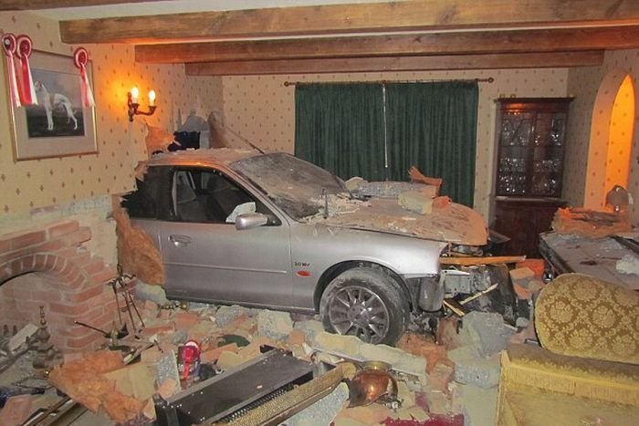 Автомобиль пробил стену дома (5 фото)