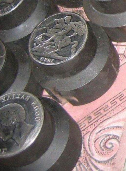 Как делают старинные монеты (9 фото)