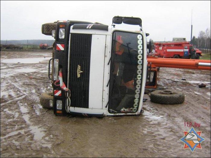 Строительный кран упал на машины (4 фото)