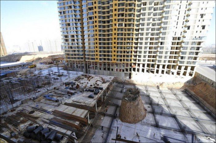 Строительство дома вокруг захоронения (6 фото)