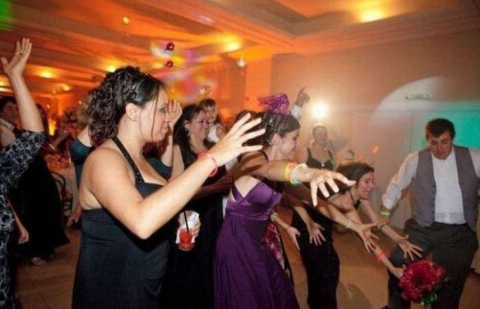Невеста бросает букет (4 фото)