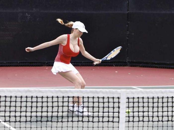 Грудастая девушка играет в теннис (15 фото)