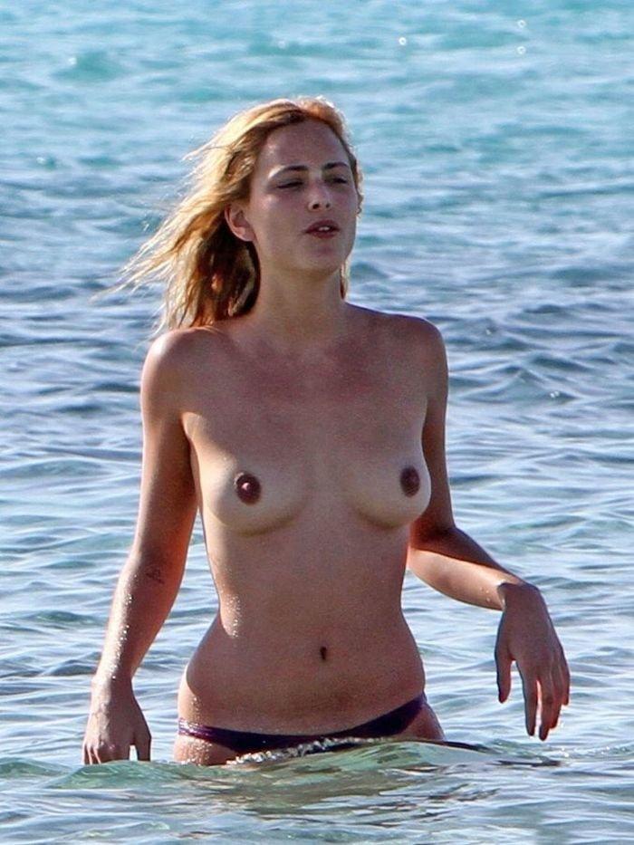 Нора Арнезедер на нудистском пляже (15 фото)