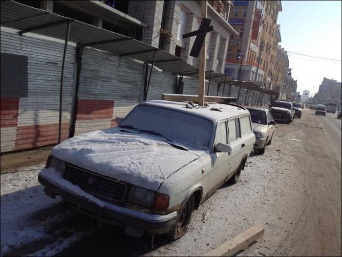 Не паркуйтесь возле стройки (3 фото)