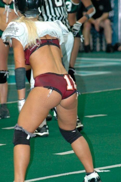 Девушки играют в американский футбол (26 фото)
