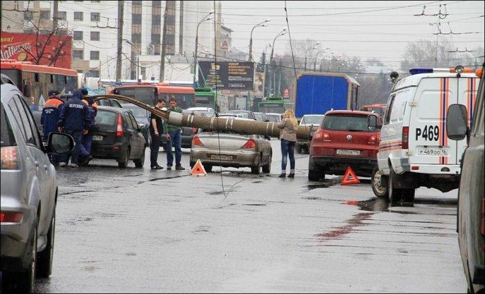 В Казани столб упал на проезжую часть (7 фото)