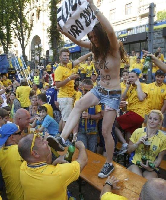 FEMEN против шведских болельщиков (16 фото)