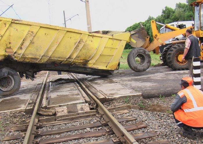 Груженый МАЗ против поезда (41 фото)