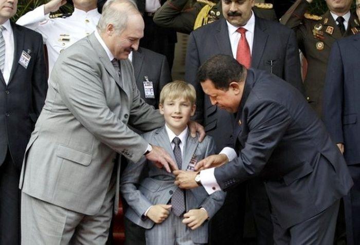 Коля Лукашенко носит ствол? (4 фото)
