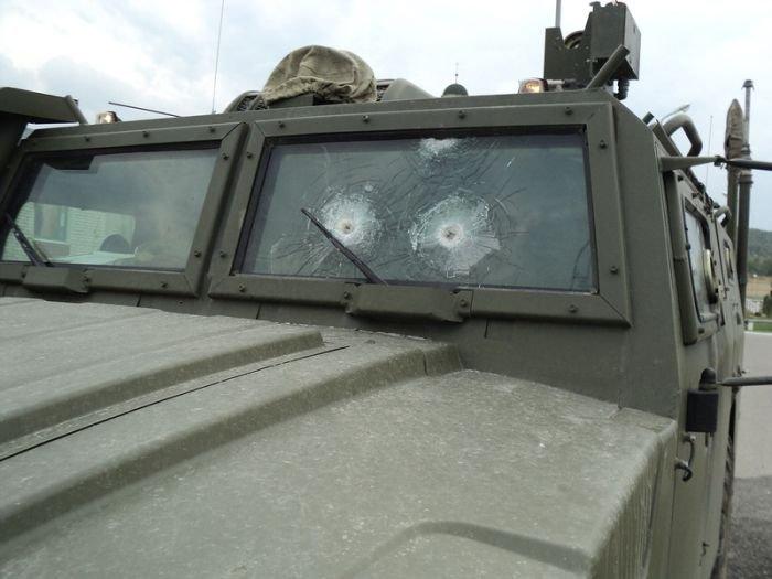 Обстрелянный броневик (7 фото)