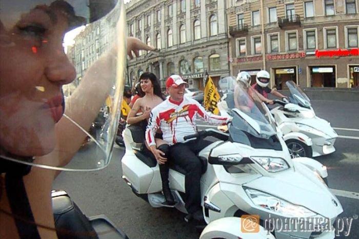 По Невскому с девушками (10 фото)