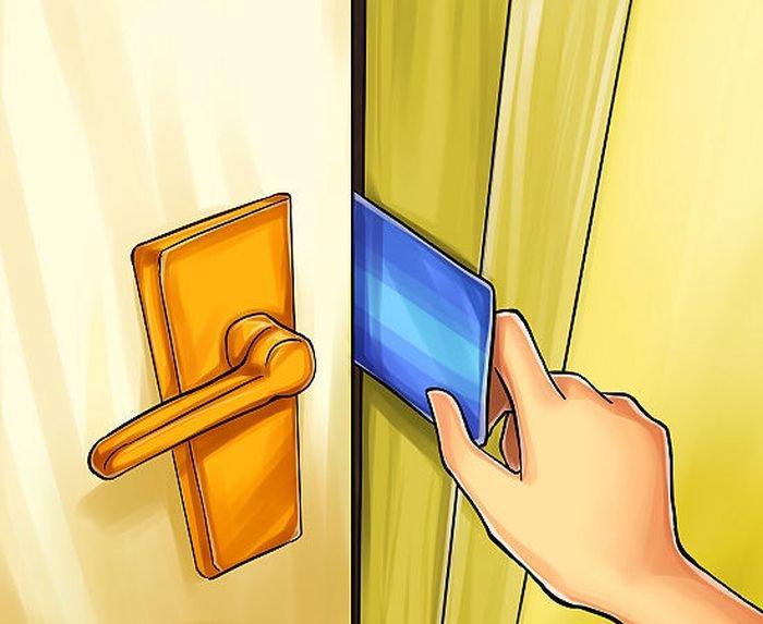 Как открыть дверь с помощью пластиковой карты (4 фото)