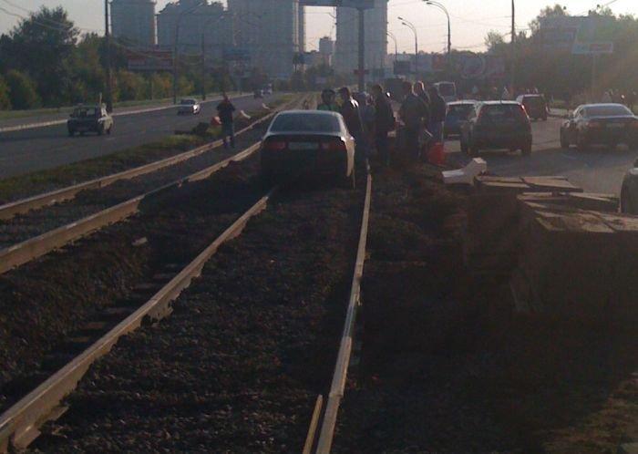 Хонда застряла на трамвайных путях (3 фото)