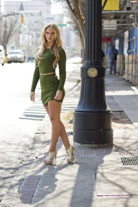 Девушки в откровенных платьях (50 фото)