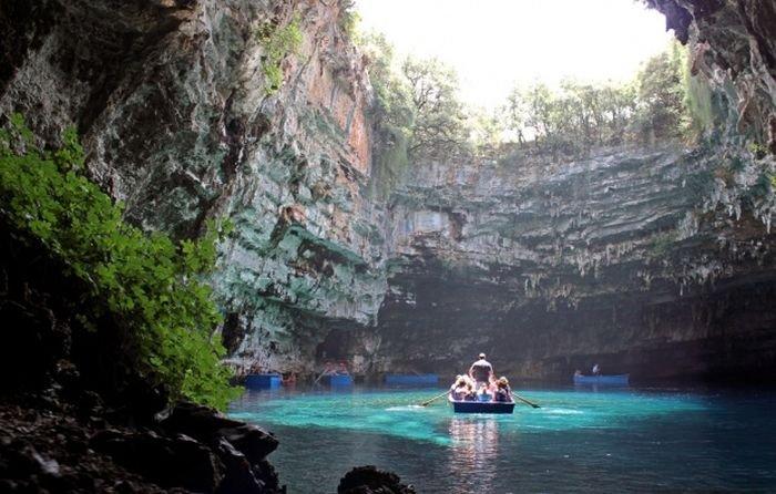 Пещера Мелиссани в Греции (22 фото)