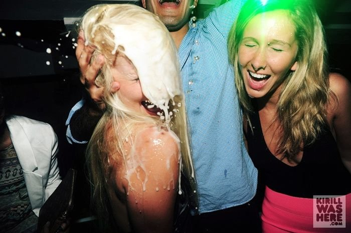 Девушки пьют шампанские в клубе (30 фото)