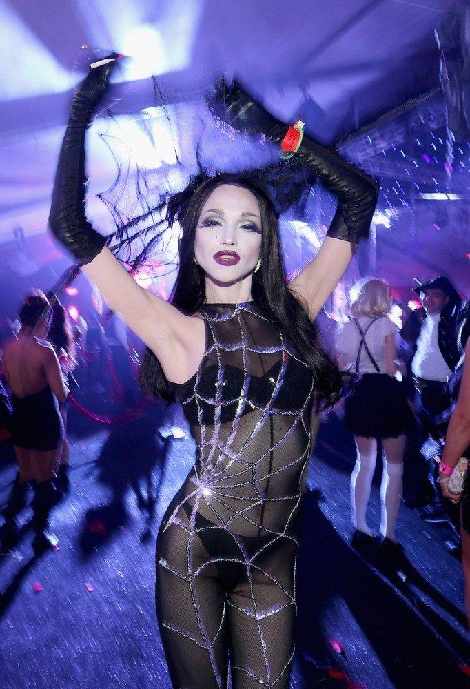 Хеллоуин в замке Playboy (9 фото)